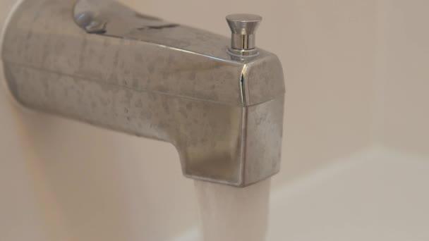 Vasca Da Bagno Perde Acqua : Acqua che cade da un rubinetto vasca da bagno u2014 video stock