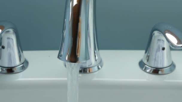 Rubinetto Vasca Da Bagno : Acqua che scorre da un rubinetto vasca da bagno u2014 video stock