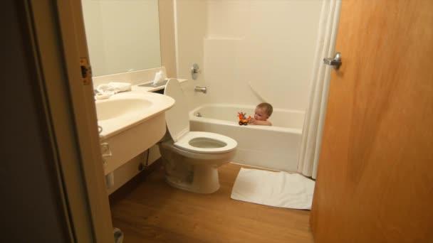 Vasca Da Bagno Per Hotel : Ragazzo che gioca in una vasca da bagno camera hotel u video stock