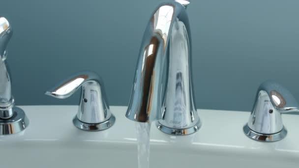 Rubinetto Vasca Da Bagno : Acqua che scorre da un rubinetto vasca da bagno u video stock