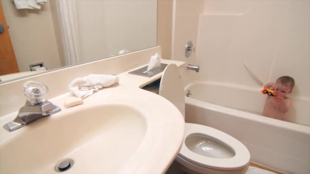Vasca Da Bagno Per Hotel : Ragazzo che gioca nella vasca da bagno camera hotel u video stock