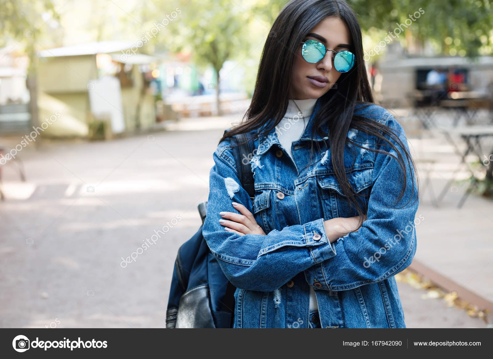 4ec8293b6c Όμορφη κοπέλα με κομψά γυαλιά ηλίου και με ένα μοντέρνο τσάντα στο  ηλιοβασίλεμα. Street Style γυναίκα θέτοντας σε ευρωπαϊκή πόλη — Εικόνα από  ...