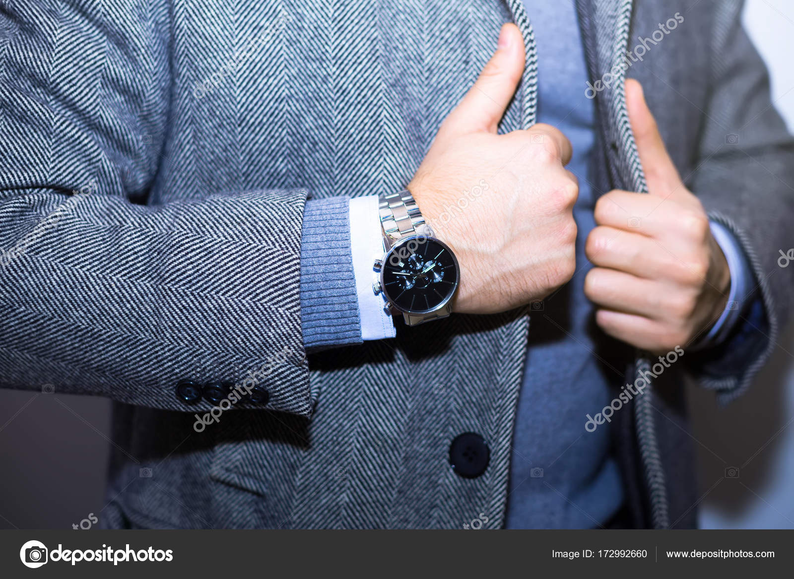 ... του νεαρός επιχειρηματίας μοντέλο όμορφος άνθρωπος σε casual ύφασμα  κοστούμι με εξαρτήματα hands.wearing μαύρο σακάκι 8e4a28908f4