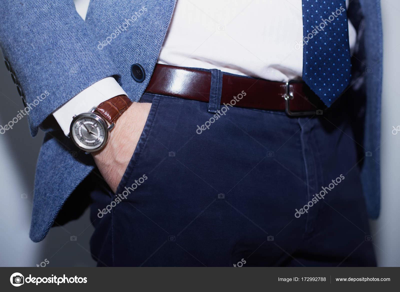 0a42fef507 Vértes divat képe luxuskarórák a csukló man.body részletek egy üzletember.  Férfi kezét a kék gyapjú kabát, sötétkék nadrág zsebében Vértes. Alkalmi  ruhát.