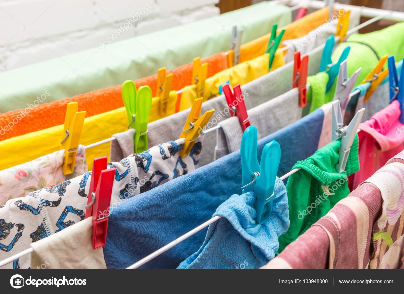 Kleidung trockner und kunststoff clips hautnah u2014 stockfoto © milosz