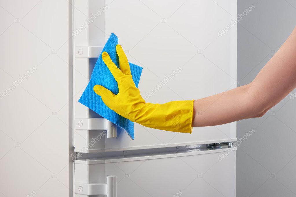 Kühlschrank Reinigen : Hand im gelben handschuh weiß kühlschrank mit blauen lappen