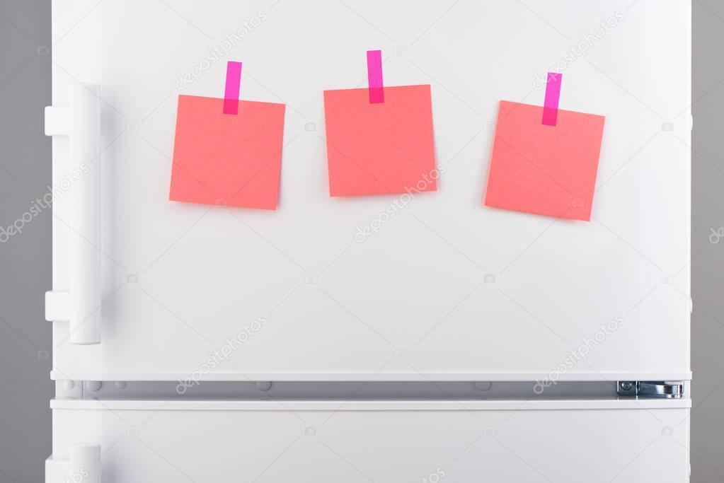Kühlschrank Aufkleber : Notizen auf rosa papier mit aufkleber auf weißer kühlschrank