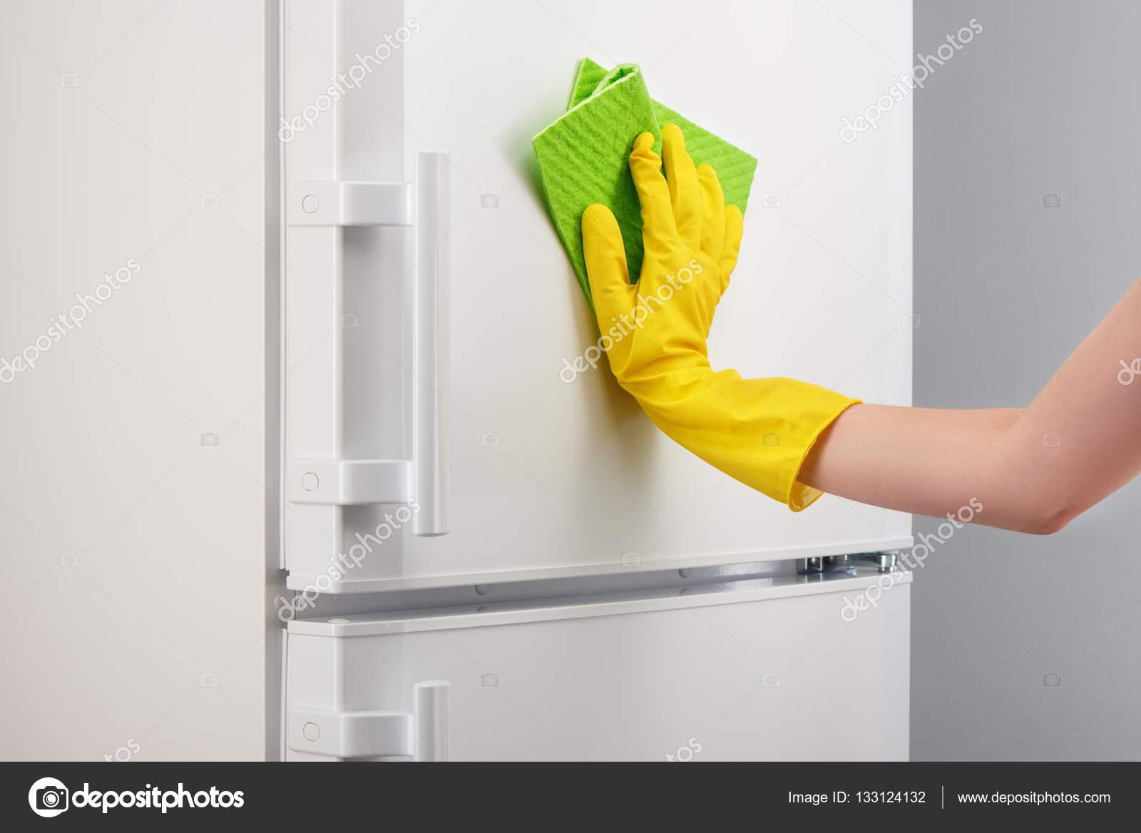 Kühlschrank Reinigen : Hand im gelben handschuh weiß kühlschrank mit grünes tuch reinigen