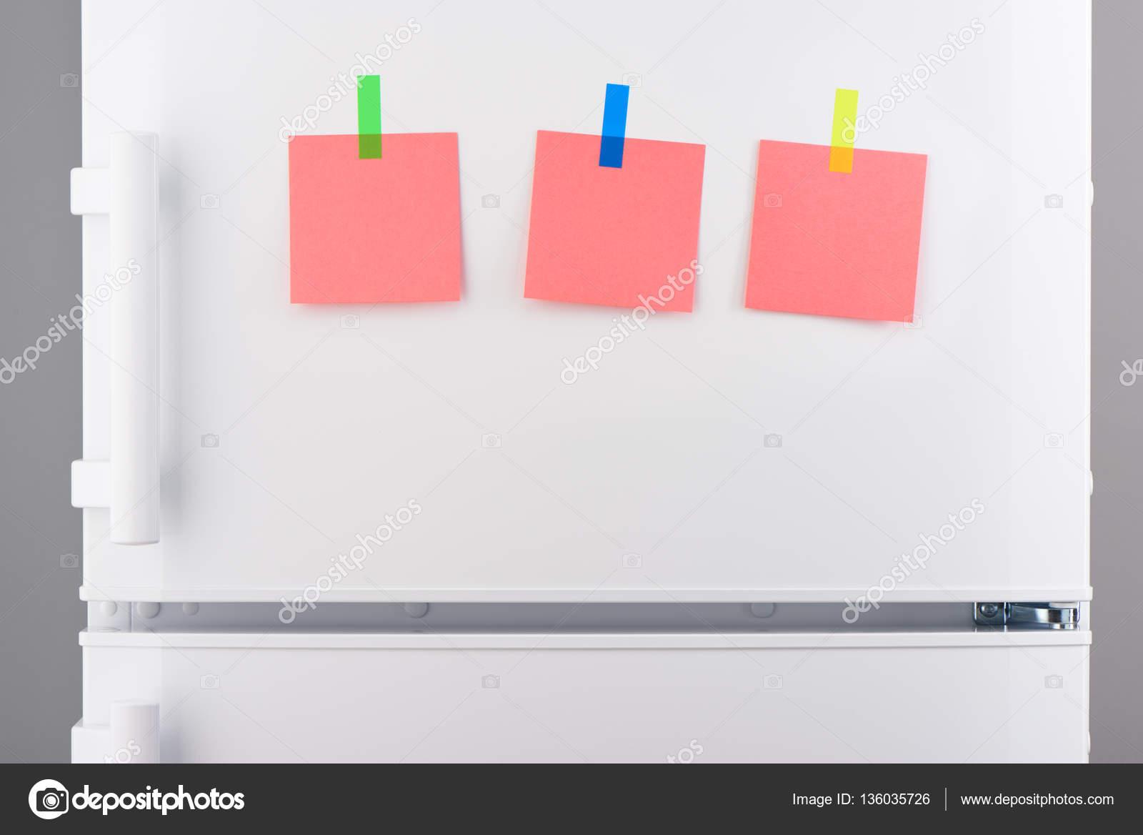 Kühlschrank Rosa : Notizen auf rosa papier mit aufkleber auf weißer kühlschrank