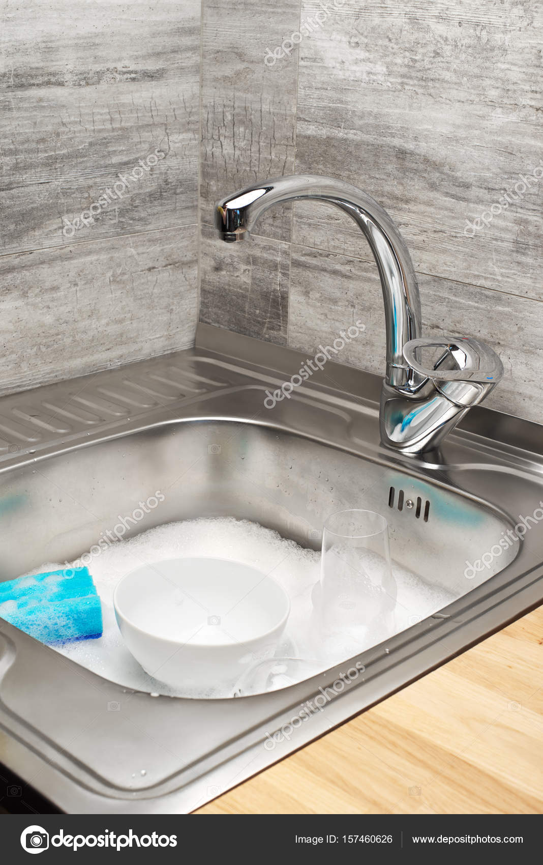 Spüle voller Schaum, Geschirr und Reinigungsschwamm blau — Stockfoto ...