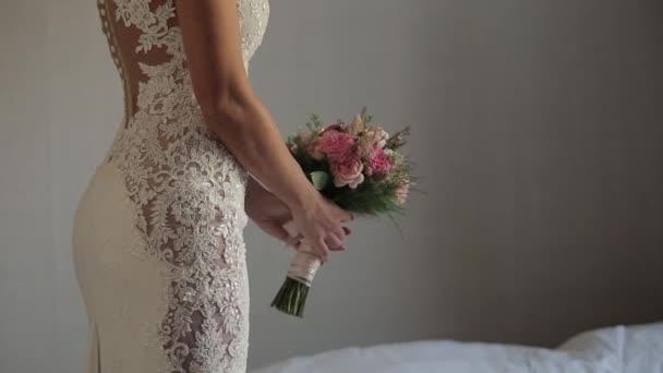 Svatba, nevěsta v krajkové šaty mít kytici