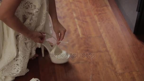 Svatba, ruce nevěsty šaty krásné boty