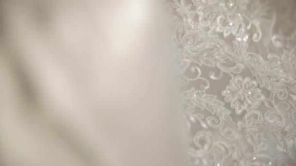 Svatby, nevěsty rukou dotknout krajka na šaty
