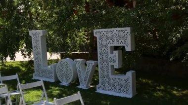 dekorace pro svatební obřad, obrovský nápis Love