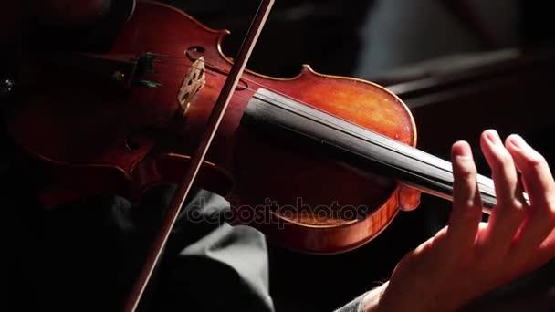 elegáns férfi kezében hegedű