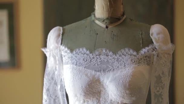 Svatba, krásné svatební šaty v domě nevěsty