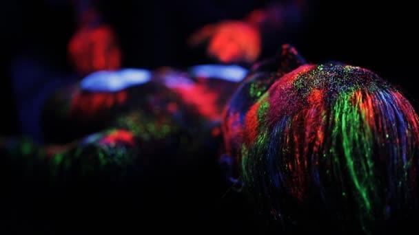 Rukou Dj řídí malované fluorescenčním prášku na těle paluby nahá dívka