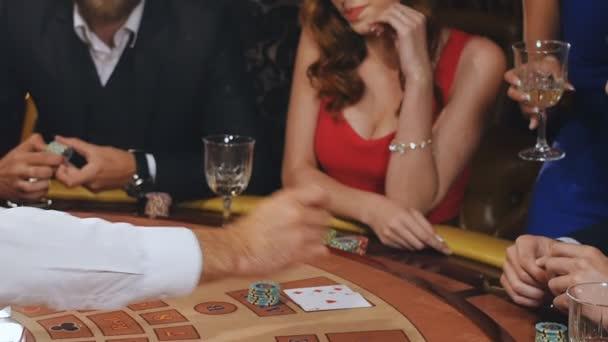 dívka vyhrála v blackjacku a radovat z vítězství, ten ztracený a rozzlobený ztratit