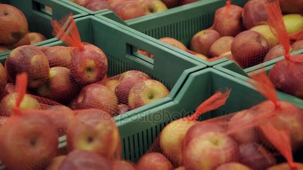 Čerstvé ovoce na trhu. Jablka v krabicích v supermarketu