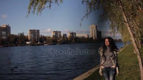Девка у реки видео
