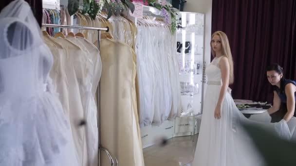Tienda Eligiendo De — Completamente Novia Ella Mujeres Vídeo No Stock En Vestido Es ntFdH