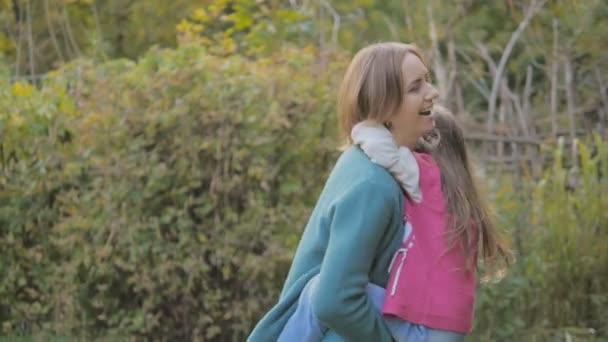 Malá dcera s matkou chůzi v podzimním lese - maminka ukazuje dcera houby