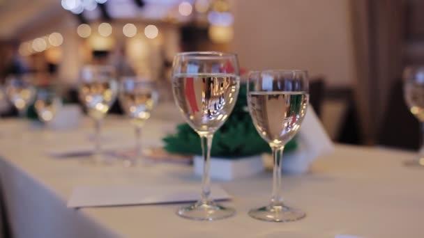 Sektgläser auf dem Tisch. Der Kellner schenkt Champagner in Gläser ein. Corporate Event
