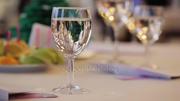Prickelnden Champagner Glas auf Festtafel