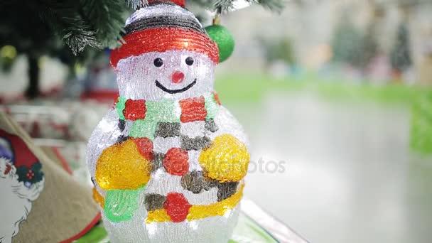 Vánoční dekorace - sněhulák twinkles pod vánoční stromeček