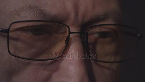 ältere Menschen mans Augen mit Brille Blick auf einem Computer-monitor