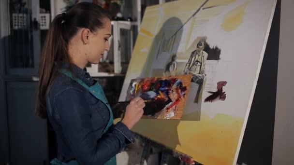 Der Künstler Malt Ein Bild In Ein Kunst Atelier Stockvideo