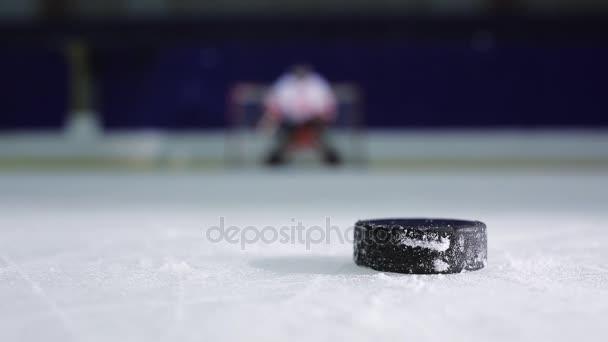 Hokejista držící demonstraci volného hodu do brány soupeře. Clouse hokejový puk a odjel do rozjížděk v čisté odpůrci.