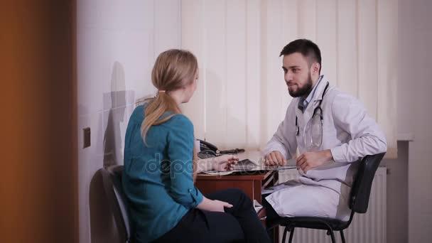 Lékař předepsání léku na jeho mladá pacientka a dává jí některé ústní doporučení