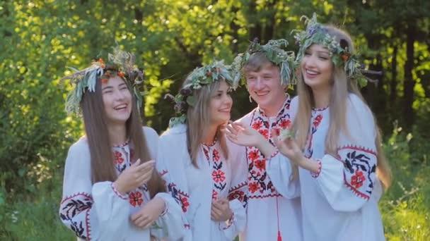 Letní slunovrat. Skupina mladých lidí ze slovanských vystoupení na oslavu slunovratu. Zpomalený pohyb