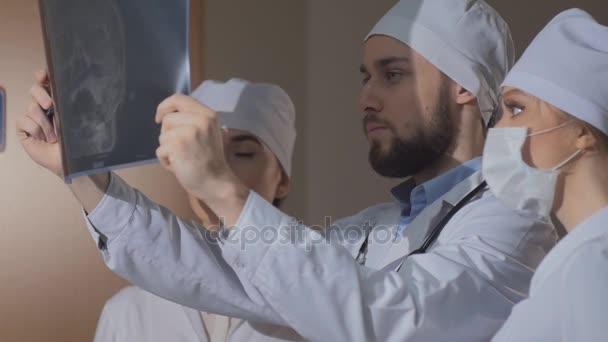 Mediziner betrachten Röntgenstrahlen gemeinsam. zeitlupe