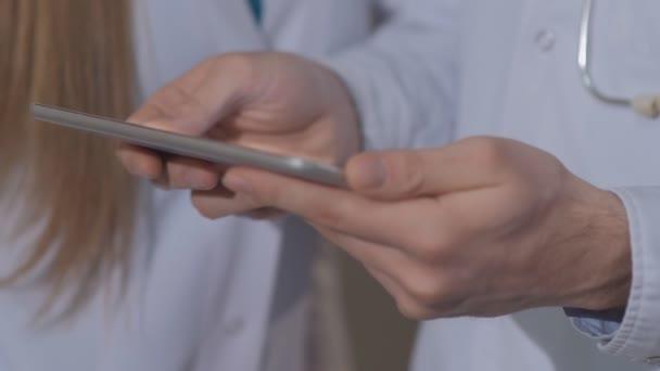 Nahaufnahme der Hände der Ärzte, unter Berücksichtigung der Patienten Kardiogramm auf der Tablette.