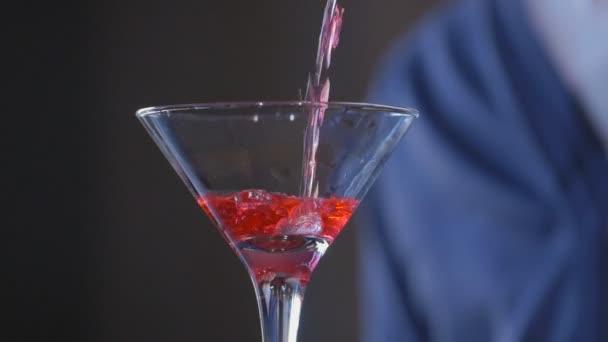 Barkeeper Gießt Einen Cocktail Glas Cocktail Rot Stockvideo