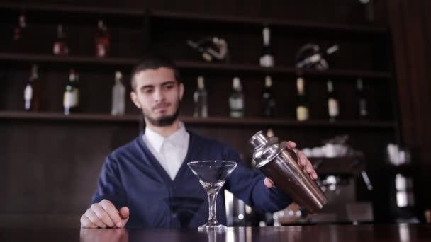 Il barman prepara un cocktail insolito di blu