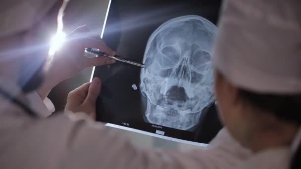 Gesundheitswesen, Medizin: Gruppe multiethnischer Ärzte diskutiert und röntgt in Klinik oder Krankenhaus