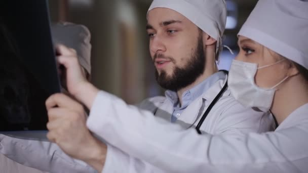 Gruppe von Ärzten und Krankenschwester Blick auf x-ray.