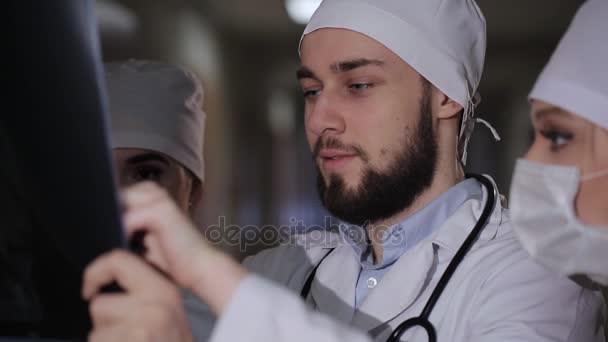 Detailní portrét intelektuální zdravotnických pracovníků s bílými labcoat, při pohledu na celotělové rentgenové sagitální, ct scan, mri, izolované pozadí kliniky nemocnice. RTG oddělení
