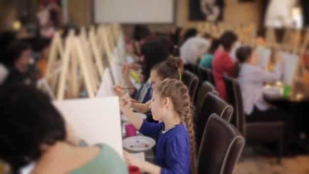 kleines Mädchen Blondine in der Klasse zeichnen Bilder