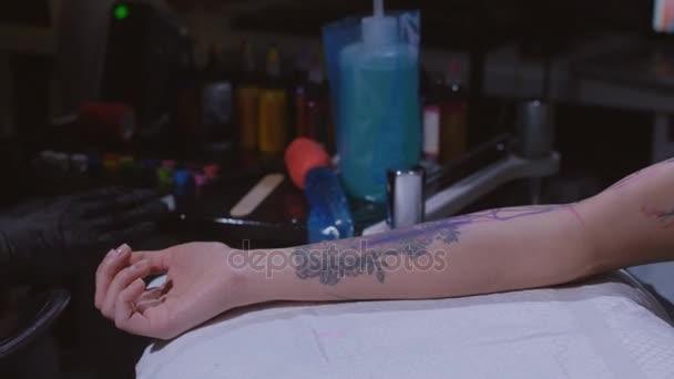 Maestro del tatuaggio fare tatuaggio sul braccio. Macchina del tatuaggio si  chiuda. Artista di tatuaggi al workshop. Concetto  tatuatore 1b4de71232a6