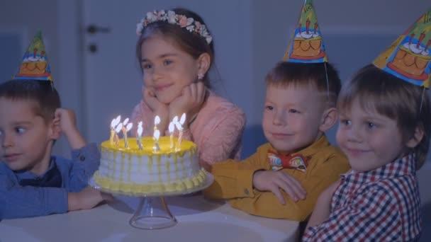 Gruppo felice di bambini alla festa di compleanno.