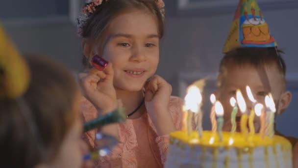 Bambini felici a una festa di compleanno