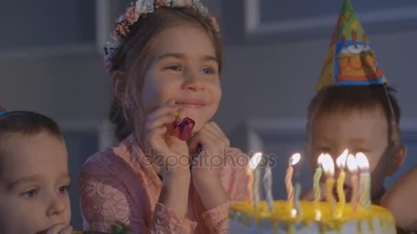glückliche Kinder auf einer Geburtstagsparty