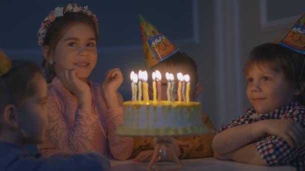 A születésnapi partiján a gyermekek boldog csoport.