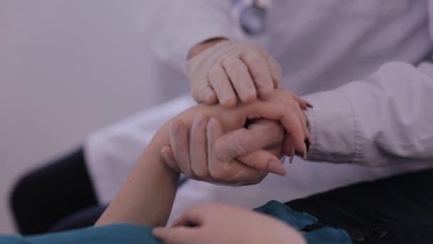 Nahaufnahme von Ärzten, die die Hand des Patienten streicheln, sie trösten und beruhigen