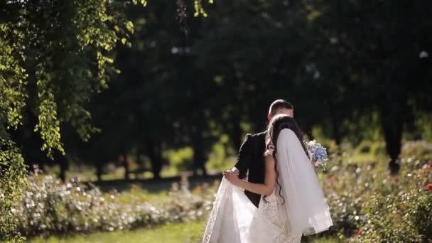 Novomanželé se tančí v parku