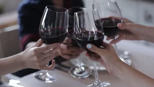 Společnost v restauraci co clinks sklenice s vínem